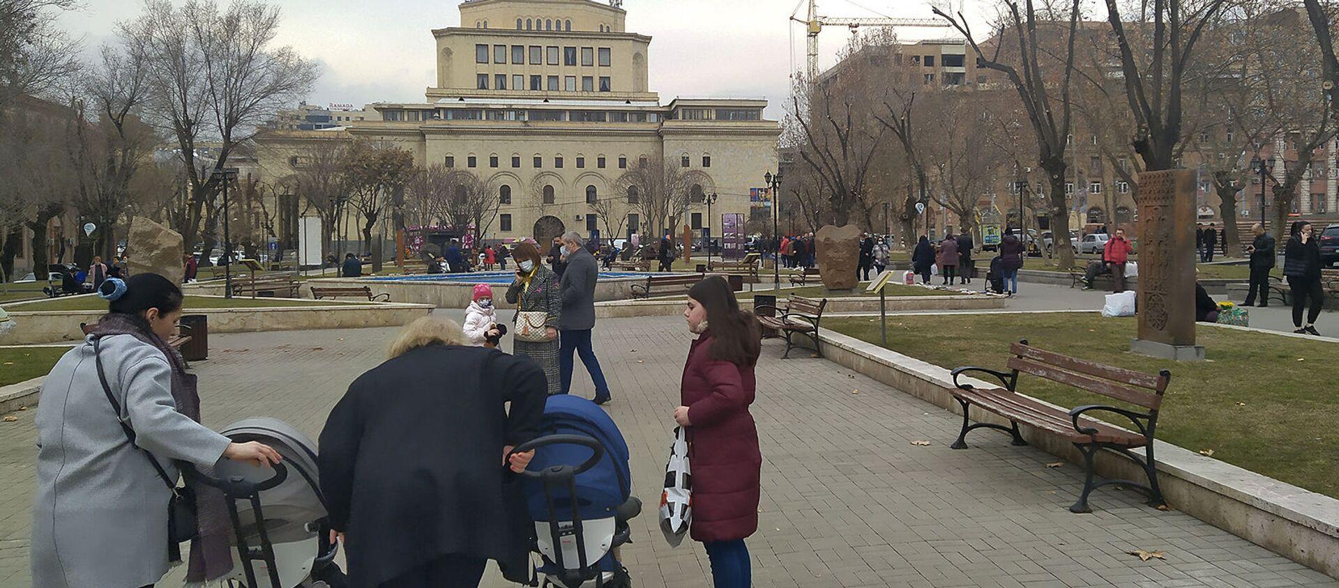 Люди в Сквере Хачкаров после землетрясения (13 февраля 2021). Еревaн - Sputnik Արմենիա, 1920, 13.02.2021