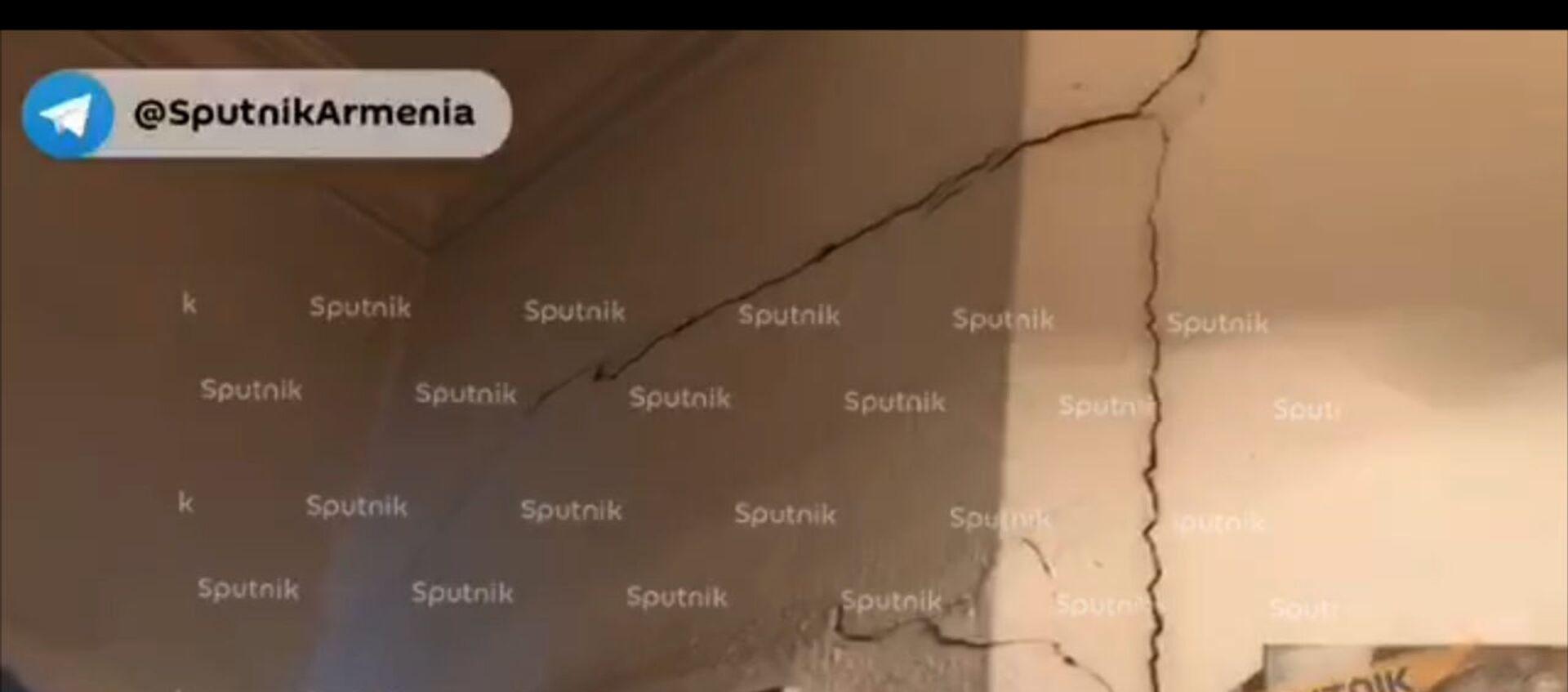 В некоторых зданиях в центре Еревана образовались трещины в стенах из-за землетрясения - Sputnik Արմենիա, 1920, 13.02.2021