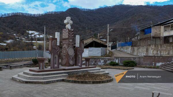 Памятник Киму Караханяну в селе Чакатен Сюникской области - Sputnik Արմենիա