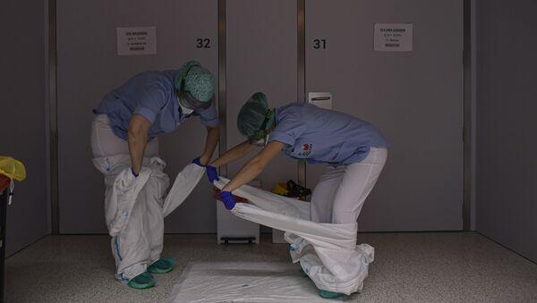 Персонал снимает защитную одежду в отделении больницы Сан-Хуан-де-Диос в Памплоне, на севере Испании - Sputnik Արմենիա