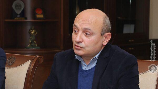 Председатель Общественного совета Армении Степа Сафарян на встрече с министром обороны (15 февраля 2021). Еревaн - Sputnik Армения