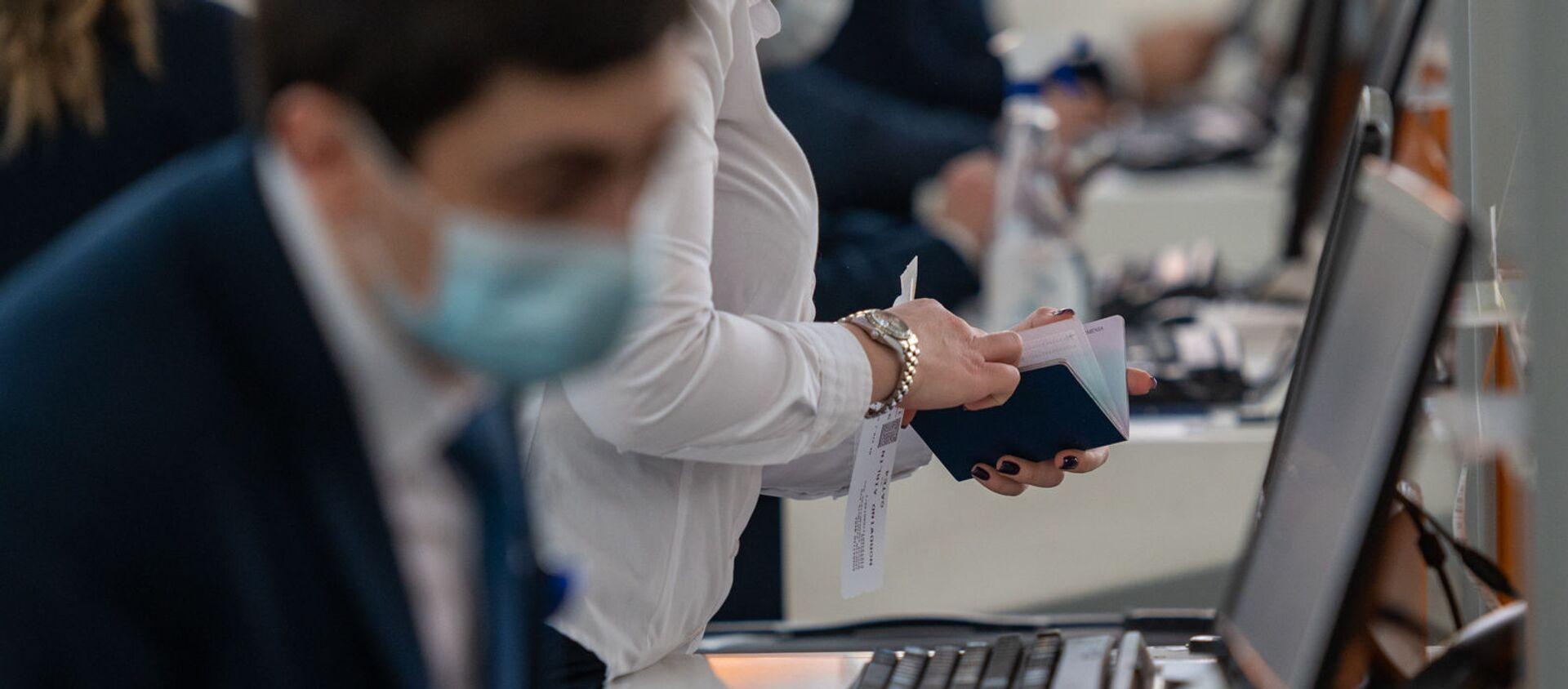 Регистрация пассажиров рейса Ереван-Москва в аэропорту Звартноц (1 февраля 2021). Еревaн - Sputnik Армения, 1920, 10.07.2021