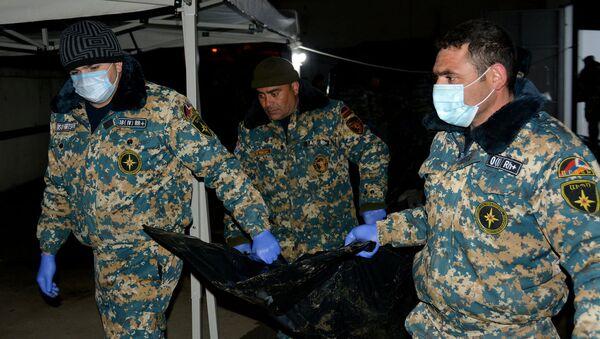 Сотрудники ГСЧС перевозят тела военнослужащих в морг (16 февраля 2021). Степанакерт - Sputnik Արմենիա