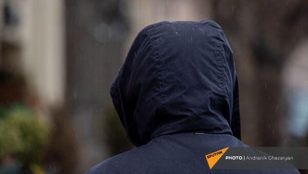 Молодой человек под дождем - Sputnik Армения