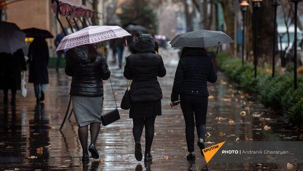 Девушки с зонтами под дождем - Sputnik Армения