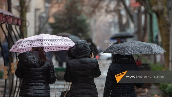 Девушки с зонтами под дождем - Sputnik Արմենիա