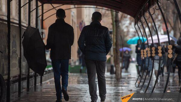 Молодые люди во время дождя - Sputnik Армения