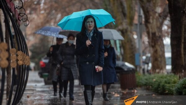 Девушка с зонтом под дождем - Sputnik Армения