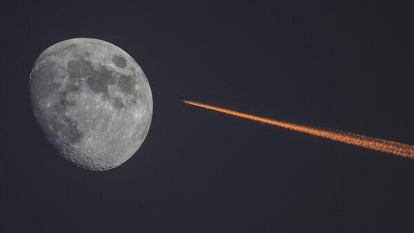 Луна и самолет на закате - Sputnik Армения