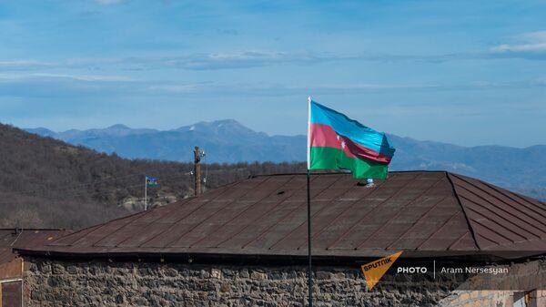 Азербайджанские флаги в селе Шурнух Сюникской области - Sputnik Արմենիա