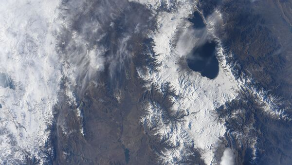 Вид из космоса на озеро Севан в Армении, снятый японским космонавтом Соити Ногуту с МКС - Sputnik Армения