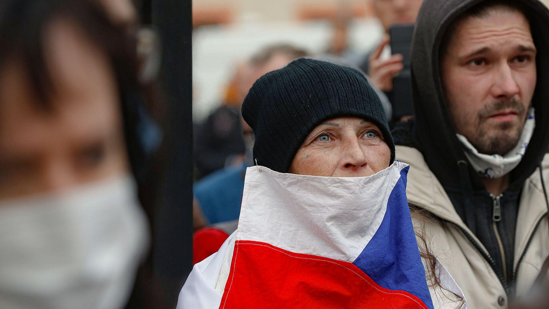 Женщина с чешским флагом в качестве маски во время демонстрации против профилактических мер COVID-19 в центре Праги (28 октября 2020). Чехия - Sputnik Արմենիա, 1920, 14.10.2021