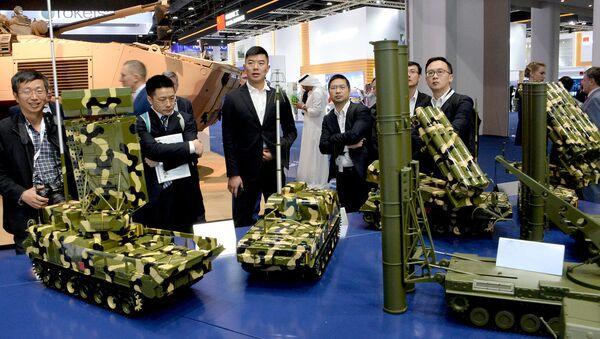 Посетители осматривают образы военной техники концерна Алмаз-Антей на международной выставке вооружений IDEX-2019 (17 февраля 2019).  Абу-Даби - Sputnik Արմենիա