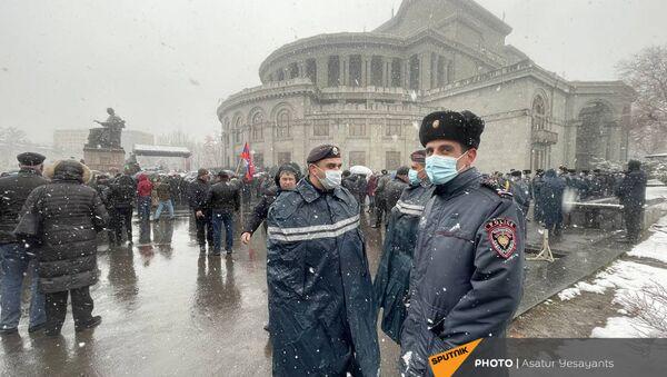 Полицейские во время митинга оппозиции на площади Свободы (20 февраля 2021). Еревaн - Sputnik Արմենիա