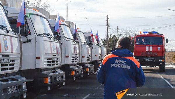 Колонна российского гуманитарного груза для Нагорного Карабаха от МЧС России (23 февраля 2021). - Sputnik Армения
