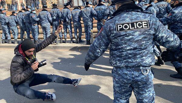Полиция сбивает с ног фоторепортера Sputnik Армения Арама Нерсисяна во время акции протеста оппозиции (23 февраля 2021). Еревaн - Sputnik Армения