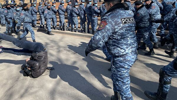Полиция сбивает с ног фоторепортера Sputnik Армения Арама Нерсисяна во время акции протеста оппозиции (23 февраля 2021). Еревaн - Sputnik Արմենիա