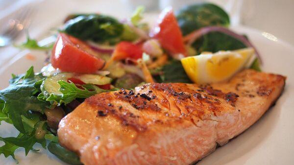 Жареный лосось с салатом из свежих овощей - Sputnik Армения