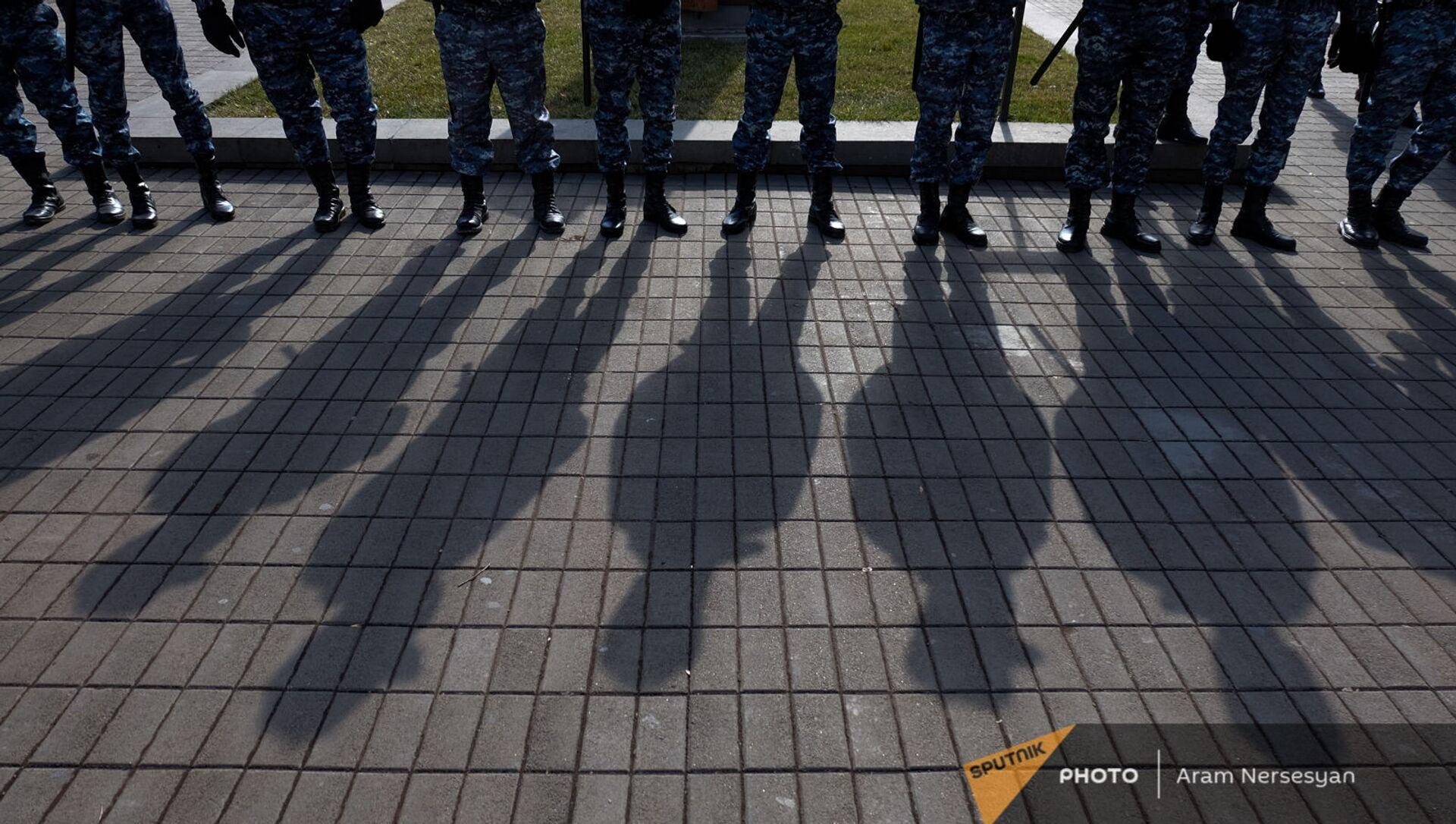 Сотрудники полиции во время акции протеста оппозиции перед правительственным зданием (23 февраля 2021). Еревaн - Sputnik Արմենիա, 1920, 21.08.2021