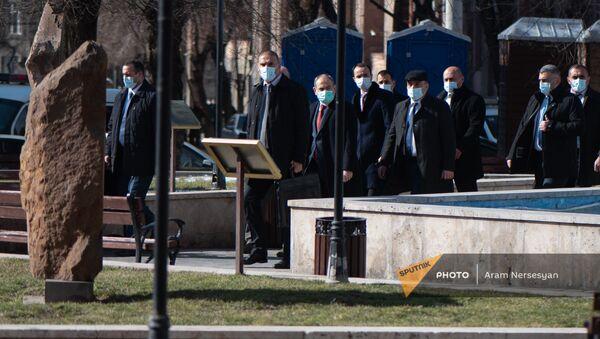 Премьер-министр Никол Пашинян по пути к правительственному зданию во время акции протеста оппозиции (23 февраля 2021). Еревaн - Sputnik Արմենիա