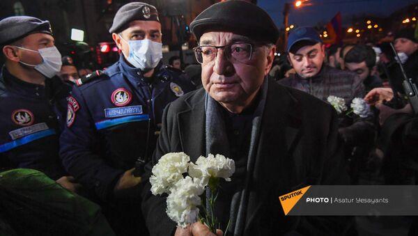 Лидеры оппозиционного Движение по спасению родины возложили цветы к бюсту Арама Манукяна перед зданием полиции Армении (23 февраля 2021). Еревaн - Sputnik Армения
