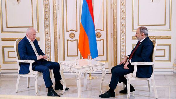 Премьер-министр Никол Пашинян дает интервью журналисту 1in.am Нверу Мнацаканяну - Sputnik Արմենիա