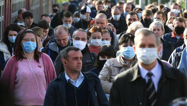 Пассажиры на платформе вокзала в масках - Sputnik Արմենիա