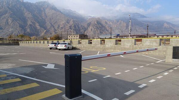 Автостоянка рядом с межгосударственной трассой М-2 в районе Мегринского таможенного поста - Sputnik Армения