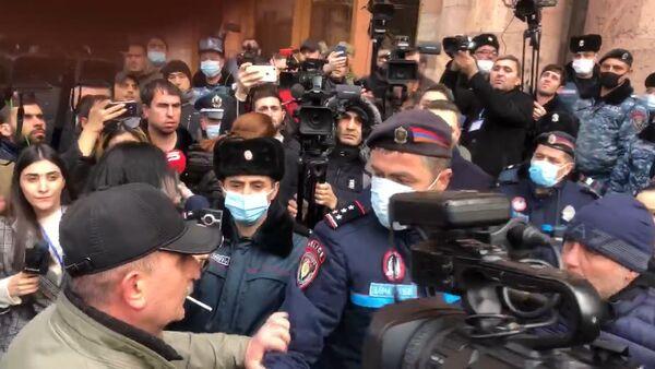 К зданию правительства собираются люди - Sputnik Армения