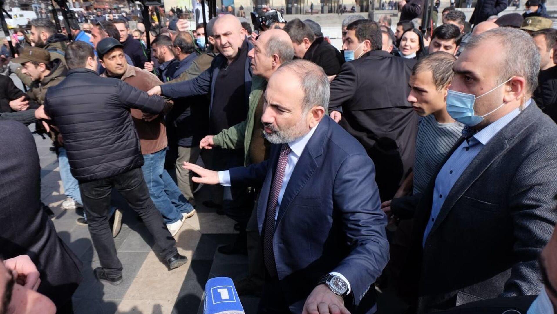 Премьер-министр Никол Пашинян проходит по улицам столицы (25 февраля 2021). Еревaн - Sputnik Армения, 1920, 25.02.2021