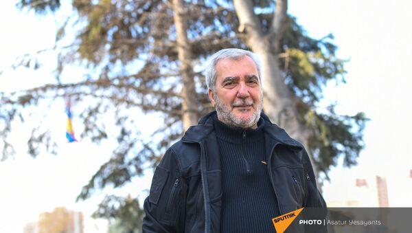 Андраник Кочарян у здания Парламента (25 февраля 2021). Еревaн - Sputnik Армения