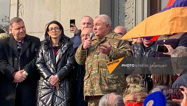 Юрий Хачатуров во время митинга оппозиции на площади Свободы (25 февраля 2021). Еревaн - Sputnik Армения