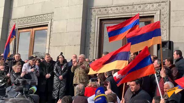 «Մեր անունն է հայկական բանակ». Ազատության հրապարակը մարդաշատ է - Sputnik Армения