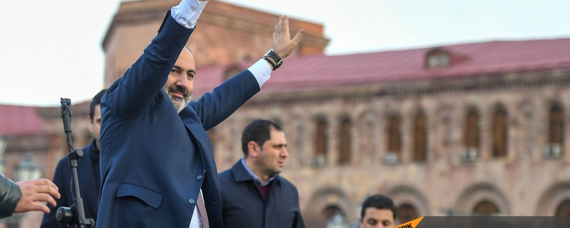 Премьер-министр Никол Пашинян со своими сторонниками во время митинга на площади Республики (25 февраля 2021). Еревaн - Sputnik Արմենիա, 1920, 08.09.2021