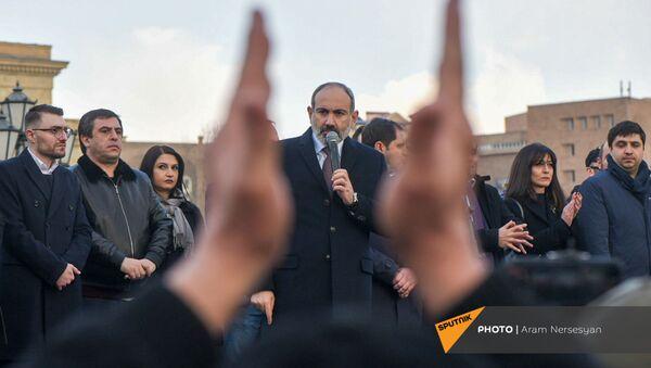 Премьер-министр Никол Пашинян со своими сторонниками во время митинга на площади Республики (25 февраля 2021). Еревaн - Sputnik Արմենիա