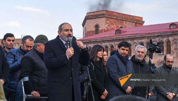 Премьер-министр Никол Пашинян со своими сторонниками во время митинга на площади Республики (25 февраля 2021). Еревaн - Sputnik Армения