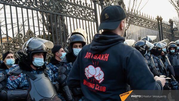 Митинг оппозиции на проспекте Баграмяна у здания Национального собрания Армении (25 февраля 2021). Еревaн - Sputnik Армения