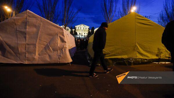 Оппозиция устанавливает палатки на проспекте Баграмяна у здания Национального собрания Армении (25 февраля 2021). Еревaн - Sputnik Армения
