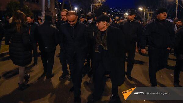 Вазген Манукян и Сейран Оганян рядом с установленными оппозицией палатками на проспекте Баграмяна у здания Национального собрания Армении (25 февраля 2021). Еревaн - Sputnik Армения