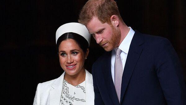 Британский принц Гарри, герцог Сассекский, и Меган, герцогиня Сассекская, уезжают после посещения службы Дня Содружества в Вестминстерском аббатстве (11 марта 2019). Лондон - Sputnik Армения