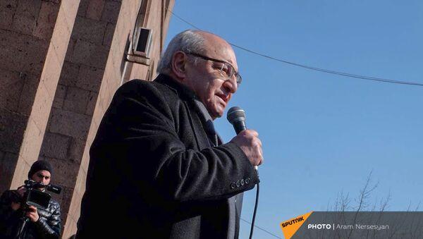 Вазген Манукян выступает на проспекте Баграмяна во время митинга оппозиции (26 февраля 2021). Еревaн - Sputnik Армения