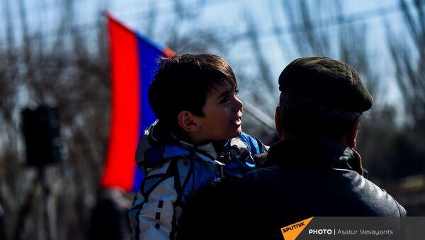 Мальчик на руках участника митинга оппозиции (26 февраля 2021). Еревaн - Sputnik Армения