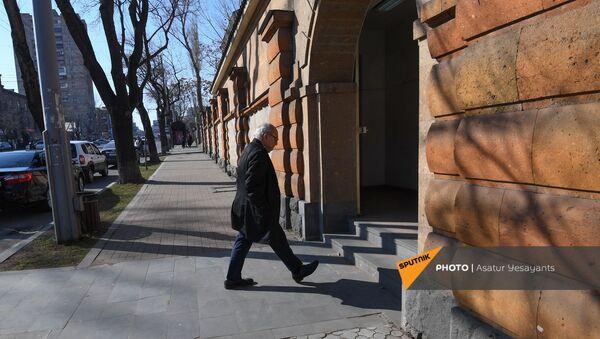 Вазген Манукян входит в резиденцию президента (26 февраля 2021). Еревaн - Sputnik Արմենիա