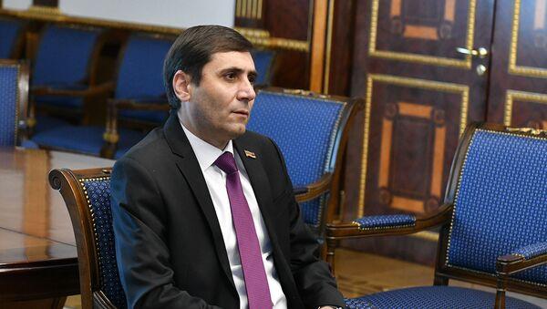Секретарь парламентской фракции Процветающая Армения Арман Абовян на встрече с президентом Армении (26 февраля 2021). Еревaн - Sputnik Արմենիա