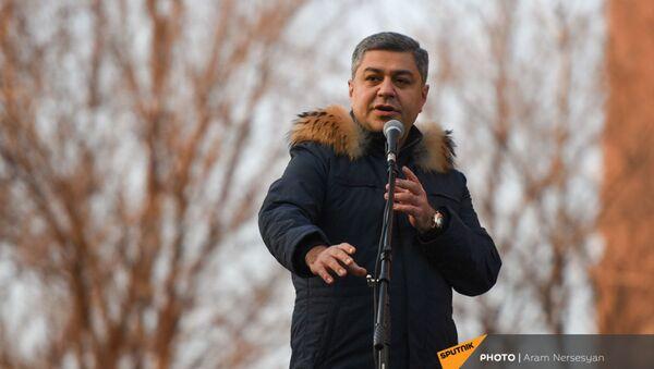 Речь Артура Ванецяна во время митинга оппозиции на проспекте Баграмяна (26 февраля 2021). Еревaн - Sputnik Армения