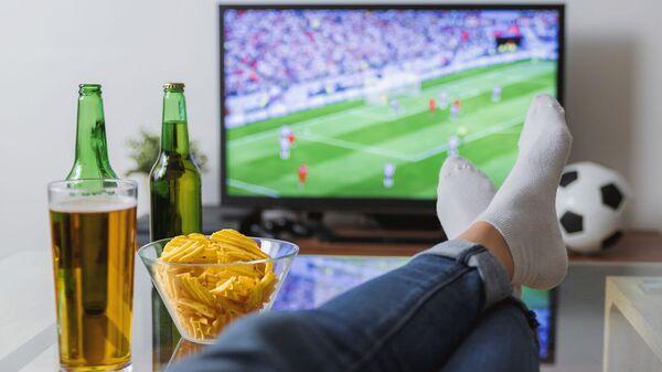 Мужчина смотрит футбол по телевизору - Sputnik Արմենիա