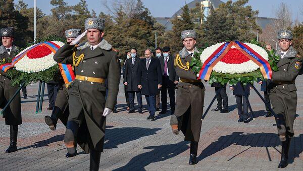 Руководство страны во главе с премьер-министром Николом Пашиняном возложили венки в память Сумгаитский событий (27 февраля 2021). Еревaн - Sputnik Արմենիա
