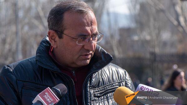 Арцвик Минасян отвечает на вопросы журналистов перед началом митинга оппозиции на проспекте Баграмяна (27 февраля 2021). Еревaн - Sputnik Արմենիա