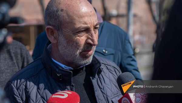 Командир отряда Сисакан Ашот Минасян отвечает на вопросы журналистов перед началом митинга оппозиции (27 февраля 2021). Еревaн - Sputnik Արմենիա