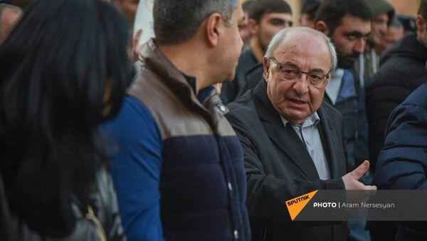 Вазген Манукян во главе шествия оппозиции (27 февраля 2021). Еревaн - Sputnik Արմենիա